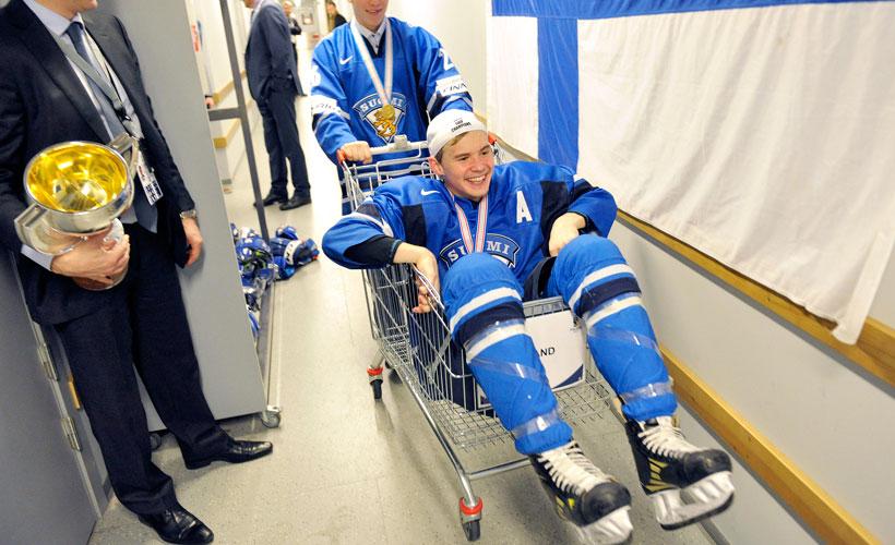 Artturi Lehkonen célèbre la médaille d'or de l'équipe finlandaise.